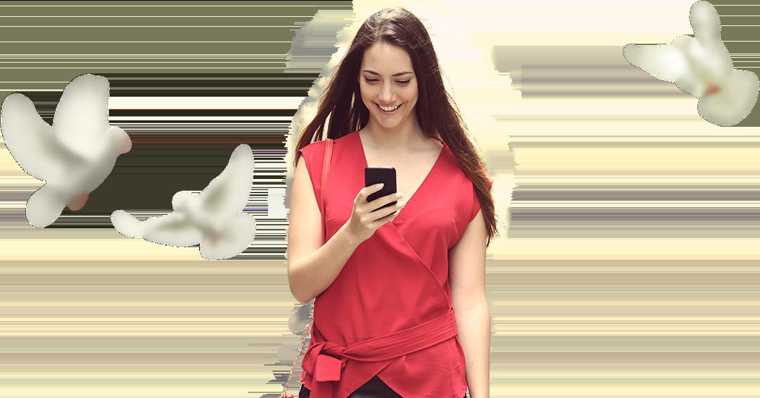 Junge Frau mit Smartphone in rotem Oberteil mit Tauben im Hintergrund
